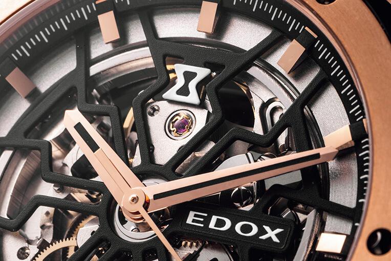 エドックスの象徴となる砂時計をモチーフに、巧みなカットワークを駆使してモダンかつ個性的なスタイルに仕上げたスケルトン文字盤。